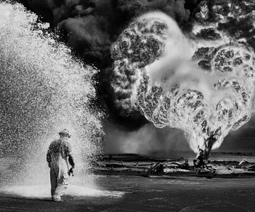 Sebastião Salgado exhibition: Kuwait. Un deserto in fiamme