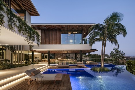 SAOTA Hillside house with view of the Los Angeles skyline