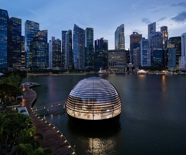 Foster and Partners designs the Apple Marina Bay Sands in Singapore, a store floating on water