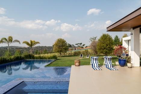 Gilda Meirelles Arquitetura designs MG House, a contemporary house in a rural setting