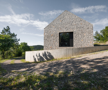 Compact Karst House: Dekleva Gregorič redesigns the karst rural home