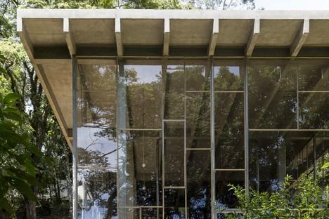 Atelier Branco Arquitetura: Library home in Vinhedo, Brazil