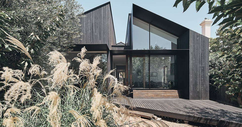 Split House by FMD Architects: two identities for a single home