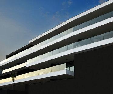 Tisselli: horizontal building in Cesena