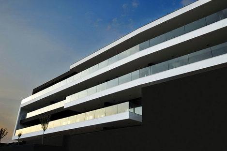 The horizontally oriented façades