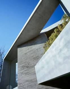 Detail of the cement balcony and the opening on the roof
