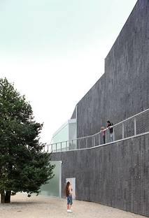 Eastern wall: the path along the façade, Ph. Filip Dujardin
