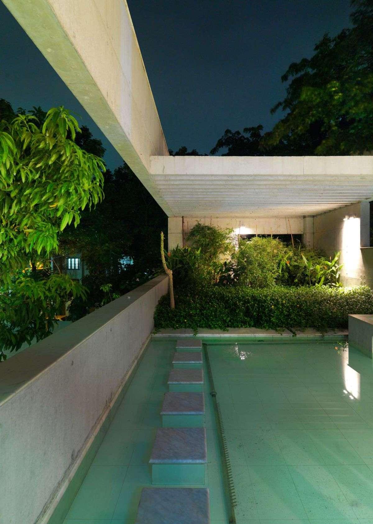 Rafiq Azam: house with pool of water in Dhaka | Floornature
