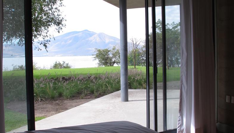 Tatiana Bilbao: rammed-earth house in Ajijic
