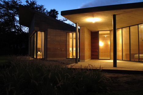 Tatiana Bilbao: rammed-earth house in Ajijic