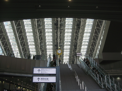 Japanese railway stations: architecture and high speed.