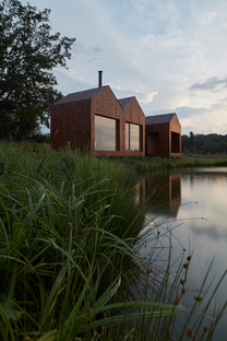 A cottage on the edge of a pond, Atelier 111 architects
