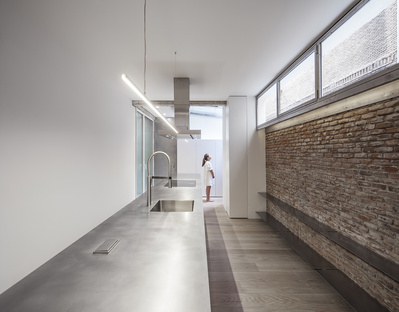 A house between a museum and a kitchen by Jesús Aparicio