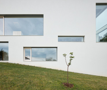 A house on a hill for three generations, Masparti Architects
