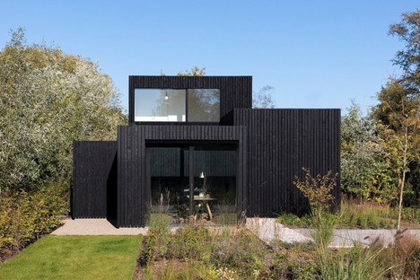 A small sustainable house amidst nature by i29 and Chris Collaris