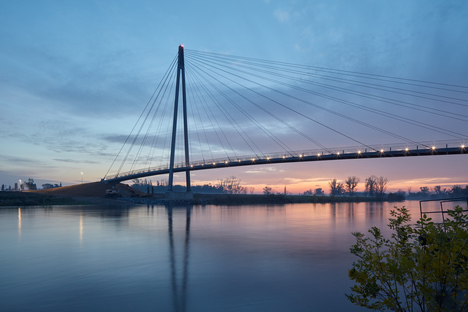 A hi-tech footbridge over the Moldau