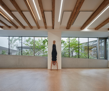 Yoga and art in Brno, a project by RO_AR Szymon Rozwalka architects