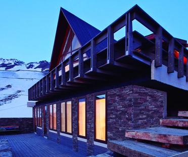 Extending a home. La Parva by Elton+Leniz, Cile.