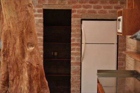 Designing a kitchen around a tree. Ghezzi Novak, Lima.