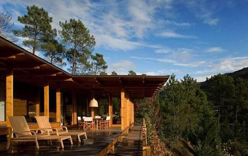 Timber house in Gerês nature reserve (P). Carlos Castanheira + Clara Bastai