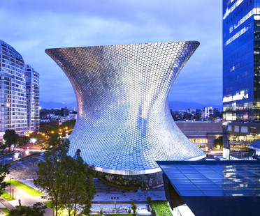 Curved façade with aluminium hexagons – Soumaya Museum in Mexico City