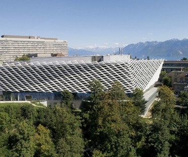 Fixed aluminium sunbreak for Behnisch Architekten's AGORA