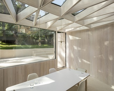 A jewel in a garden made of wood and glass by Tsuruta Architects