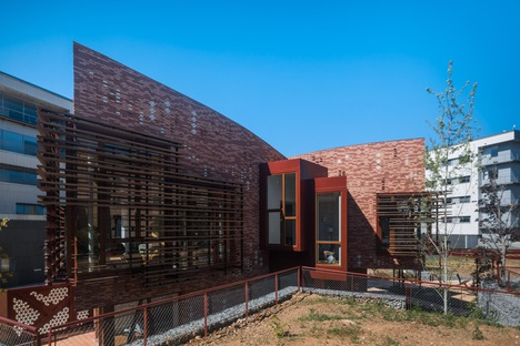 A brick and wood building by EMBT for the Kàlida Centre